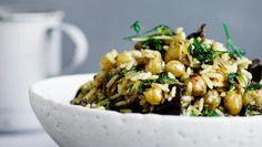 Rissalat med karryristede kikærter, dadler og sprøde løg, fra kogebogen Meyers Salater Året Rundt