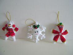 Enfeites para árvore de Natal todos no formato de estrela.    Confeccionados em feltro, com fio dourado para pendurar, medem +/- 12cm x 11cm.