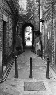 Looking through an alley from Durward St to Whitechapel Market - Malcolm Tremain. Victorian London, Vintage London, Old London, London History, British History, Asian History, Tudor History, Old Pictures, Old Photos
