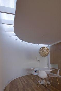 Jantar minimalista com iluminação zenital
