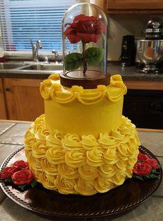With an apple instead of the flower, to make it a Snow White cake! Avec une pomme au lieu de la fleur, faites-en un gâteau Blanche-Neige! Beauty And Beast Birthday, Beauty And Beast Wedding, Beauty And The Beast Party, Beauty And The Beast Cake Birthdays, Beauty And The Beast Cupcakes, Beauty Beast, Pretty Cakes, Cute Cakes, Beautiful Cakes