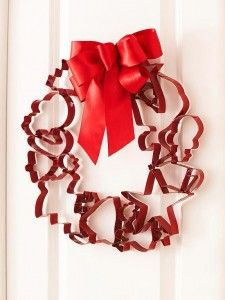 Cookie Cutter Wreath - instead of Christmas cookie cutters, do Valentines Day or Easter or 4th of July cutters for a cute twist on this wreath, would make a great Mother's Day Gift