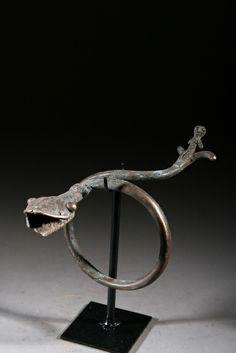 Bracelet de cérémonie Gan du Burkina Faso. Pièce sur socle. Pièce authentique années 50.  Exemples exquis d'un art de la fonte voué à figure...