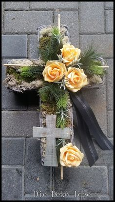 Grabgesteck, Grabschmuck, Trauerfloristik von Die-Deko-Idee auf DaWanda.com Church Flowers, Funeral Flowers, Funeral Floral Arrangements, Flower Arrangements, Flower Centerpieces, Flower Decorations, Funeral Caskets, Twine Flowers, Casket Flowers