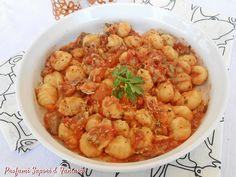 Gli gnocchi al sugo di triglie con olive sono saporiti e sostanziosi. Le triglie freschissime sono l'ingrediente di base per la riuscita del piatto.