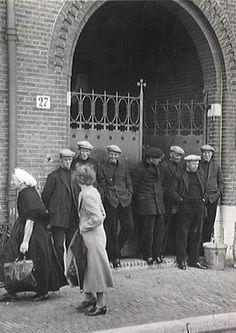 Vissersstaking te Scheveningen. Het posten van de stakers voor het bureau van de waterschout 20 mei 1938 The Netherlands