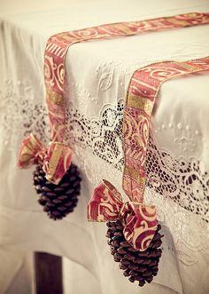 Presa por uma fita decorada, a pinha enfeita a mesa de Natal. Bem feito, o laço complementa o visual festivo (Foto: Cacá Bratke/Editora Globo)