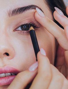 Trucos de maquillaje para agrandar tu mirada. - Ésika Perú Engagement Rings, Makeup Tricks, Fall Hair Colors, Applying Eyeliner, Skin Cream, Dark Brunette, Types Of Eyes, Enagement Rings