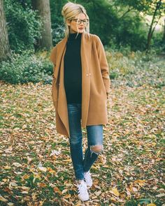 beige coat, black turtleneck, blue tight jeans with destroyed effects, white and black low - Herbst Winter outfit - Kleidung Fashion Mode, Look Fashion, Winter Fashion, Womens Fashion, Fashion Trends, Fashion Ideas, Street Fashion, Net Fashion, Fashion 2018