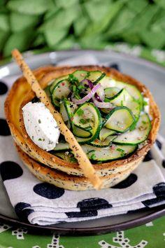 tarte à la courgette et brocciu au pesto: saupoudrez la pâte brisée avec quelques graines, pavot, sésame, moutarde… puis passez le rouleau à pâtisserie.