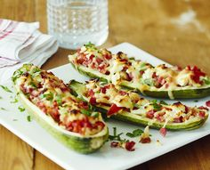 Kesäkurpitsoista saat paitsi nopean, myös täyttävän arkiruoan, kun sujautat niiden sisään kinkkusuikaleita tai jauhelihaa. Täytetyt kesäkurpitsat maistuvat koko perheelle. Kurkkaa resepti!