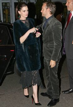 Anne Hathaway stuns as she leaves party with husband Adam Shulman Anne Hathaway, Celebrity Couples, Celebrity Style, Becoming Jane, Hollywood Celebrities, Hollywood Icons, Most Beautiful People, Party Looks, Beautiful Actresses