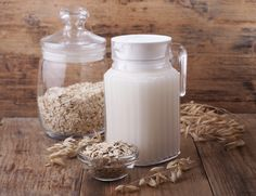 Oat milk is a form of milk, made when steel cut oats are soaked in water for some time. This is then mixed and strained, which results in a heavy & foamy type of milk. Lassi Recipes, Smoothie Recipes, Smoothies, Oatmeal Water, How To Make Oats, Bebidas Detox, Coconut Water, Food Items, Lose Weight