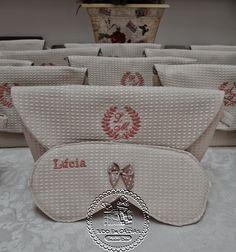 Casamento de Lilian e Allan - Para Madrinhas, Necessaires M Personalizadas(0001M NEC) com Máscara Sleep(0001MASC) em Piquet - Tudo em Caixas