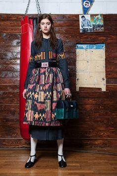 Guarda la sfilata di moda Stella Jean a Milano e scopri la collezione di abiti e accessori per la stagione Pre-Collezioni Autunno-Inverno 2017-18.