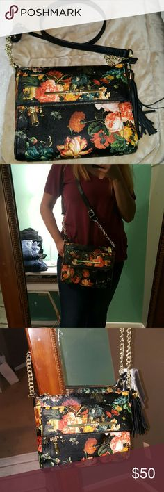 Steve Madden Floral Purse Beautiful floral print purse. Dress any outfit up. Wear with all black for pop of print & color! 3 pockets for storage. Steve Madden Bags Crossbody Bags