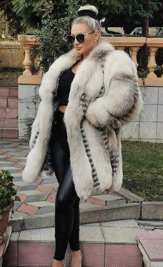 White Fox, Blue And White, Fur Fashion, Womens Fashion, Fox Fur, Mantel, Sexy Women, Fur Coats, Lady