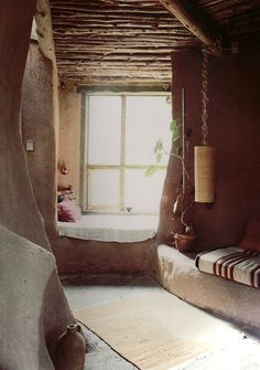 window seat in a clay plaster, cob, straw bale house Bohemian House, Adobe Haus, Cob Building, Mud House, Tadelakt, Straw Bales, Natural Homes, Earth Homes, Natural Building
