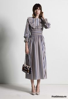 See the complete Tory Burch Pre-Fall 2017 collection. See the complete Tory Burch Pre-Fall 2017 collection. Fashion Week, Fashion 2017, Look Fashion, High Fashion, Fashion Show, Fashion Outfits, Womens Fashion, Fashion Design, Fashion Trends