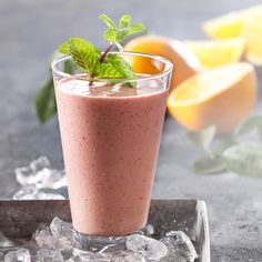 Smoothie med appelsinjuice, jordbær og gulerod