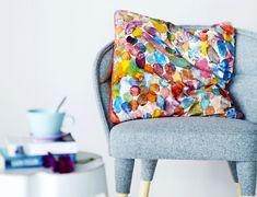 Krista Kangas-Lahtinen painoi kankaan kirjavaksi perunoilla ja surautti siitä värikkään tyynyn.