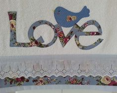 Toalha de lavabo LOVE com pássaro                                                                                                                                                                                 Mais Patch Quilt, Bird Crafts, Diy And Crafts, Dish Towels, Tea Towels, Machine Embroidery, Baby Gifts, Sewing Projects, Applique