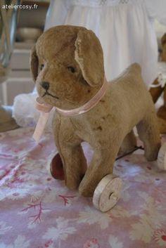 Jouet ancien , chien à roulettes Brocante de charme atelier cosy.fr