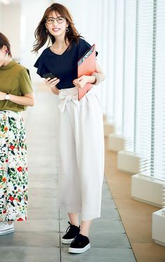 How to rock the casual chic look Fashion Pants, Look Fashion, Korean Fashion, Fashion Outfits, Look Casual Chic, Casual Looks, Japan Fashion, Fashion 2018, Smart Casual Women Summer
