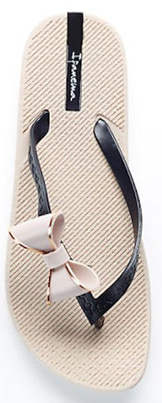 Darling bow flip flop - under $25! http://rstyle.me/n/v27m5nyg6