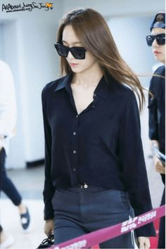 Is this female member of A Pink copying f(x)'s Krystal? Krystal Fx, Jessica & Krystal, Jessica Jung, Korean Fashion Kpop, Korean Outfits, Krystal Jung Fashion, Airport Style, Airport Fashion, Japan Fashion