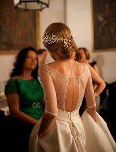 In love with the delicate details of this Sole Alonso wedding gown! The fine gold chain clasp is such a beautiful touch! ‪#‎weddinggown‬ Photography by Ruth Roldan Lopez / Veil by Sole Alonso / Hair Clip by One-Ts / images originally spotted on Dear Valentina