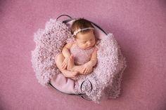 Новорожденная в тазике