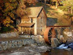 Moinho de água Sixes Road Grist (moinho de Gresham), na Geórgia, USA. Para vê-lo viaje no tempo por quase dois séculos, para a área do mais antigo assentamento da Geórgia. Sixes Mill, um dos últimos remanescentes restantes de um assentamento da década de 1820, foi composta principalmente de garimpeiros e mineradores. No extremo sul da Georgia Gold Belt, a Mina de Sixes era um grande produtor de ambos, filão e depósitos de aluvião de ouro. Fotografia: Briansbabe.