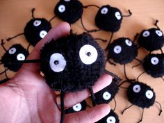 DIY soot sprites, loved them in Totoro. Geek Crafts, Crafts To Do, Arts And Crafts, Chat Bus, Sewing Projects, Craft Projects, Craft Ideas, Halloween, Anime Crafts