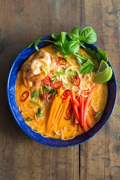An incredibly flavorful Coconut Curry Soup prepared in 20 minutes! Rice Noodles, shrimps, carrot, bell pepper in a delicious broth with thai curry and coconut milk! Healthy Soup Recipes, Healthy Cooking, Seafood Recipes, Vegetarian Recipes, Chicken Recipes, Coconut Curry Soup, Coconut Milk, Thai Coconut, Moroccan Chickpea Soup