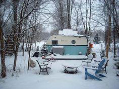 Snow winter vintage camper - tiny trailer - travel caravan <O> Old Campers, Retro Campers, Camper Trailers, Happy Campers, Vintage Campers, Retro Trailers, Classic Trailers, Retro Caravan, Tiny Trailers