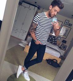 Camiseta listrada + alça jeans + tênis branco