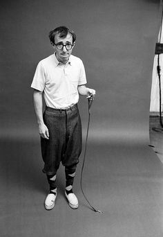 Woody Allen - amazing actor, writer, and director. Woody is one of the true comedic romantics of our time. Woody Allen, Marlon Brando, Tv Sendungen, Hollywood, Ex Machina, Film Director, Famous Faces, Clowns, Celebrity Photos