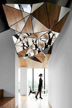 60 идей зеркальных потолков: универсально и эффектно http://happymodern.ru/zerkalnye-potolki/ Эффектный потолок из зеркал, образующих хитрую геометрическую форму