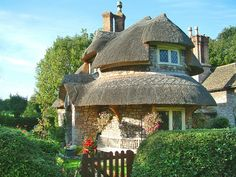 Funny pictures about Pretty English Thatched House. Oh, and cool pics about Pretty English Thatched House. Also, Pretty English Thatched House photos. Storybook Homes, Storybook Cottage, Little Cottages, Small Cottages, Stone Cottages, Country Cottages, English Cottages, Cottage Design, Cottage Style