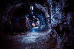 Outokummun kaivostoiminta sai alkunsa vuonna 1908 kun Rääkkylän Kivisalmen ruoppaamisen yhteydessä löydettiin suuri kellertävä kivenlohkare. Tämä lohkare osoittautui erittäin metallipitoiseksi sisältäen sisältäen kuparia 750kg, rautaa 5000kg, rikkiä 8700kg, hopeaa 180g ja kultaa 16g ja painaen huikeat 15 000 kiloa!  http://www.naejakoe.fi/nahtavyydet/outokummun-vanha-kaivos/ #Outokumpu #kaivos #urbex #vanhakaivos #keretti #vuonos