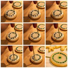 Plätzchen backen Pfefferminztaler aus Mürbteig Ornament-Verzierung. Das Rezept dazu findest Du in unserem mydays Magazin.
