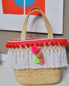"""Bom dia para você que está aproveitando o verão com o """"hit do momento"""" as bolsas de palhas decoradas. Essa inspiração que encontrei está linda e cheia de franjas. Curti! No blog te conto onde encontrei passa lá ;) #bolsadepalhadecorada #guipir #franjas #blog #euamofazerartesanato"""