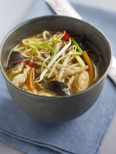 sauce soja, poivre, piment, gingembre, blanc de poulet, huile, champignon noir, germes de soja, farine, bouillon de volaille, oignon, nouilles chinoises, ail, vinaigre, sel, carotte