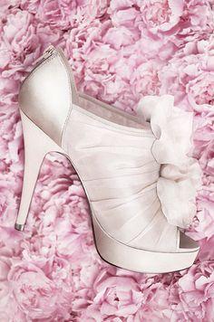 White by Vera Wang wedding shoes @weddingchicks