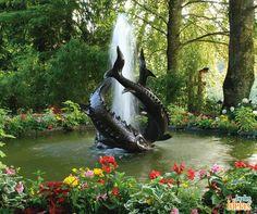 Para encher os olhos e o coração: lago envolto por flores e decorado com maravilhoso chafariz. Você gostaria de passar algumas horas do seu dia nessa paisagem? Diga nos comentários! :*