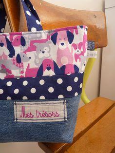 """Sac cabas fillette """"Mes trésors"""", doublé, en jean recyclé et cotons imprimés."""