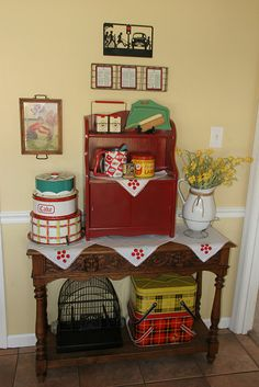 Love the plaid picnic baskets.
