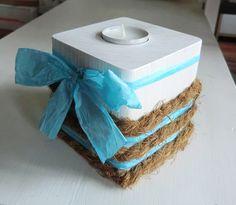 Teelichthalter aus Holz mit weißer Lacklasur (Speichelecht) und mit Kokosbast und Papierband beklebt. Incl. Teelicht. Die Schleife ist abnehmbar.  Die Farben können auf Grund unterschiedlicher...