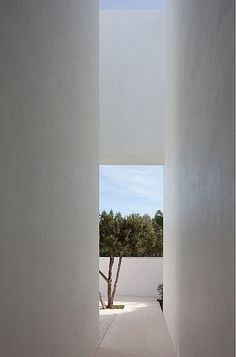 Patio inside inside the Infinity House in Spain by Aabe / Bruno Erpicum (© Jean-Luc Laloux ) _